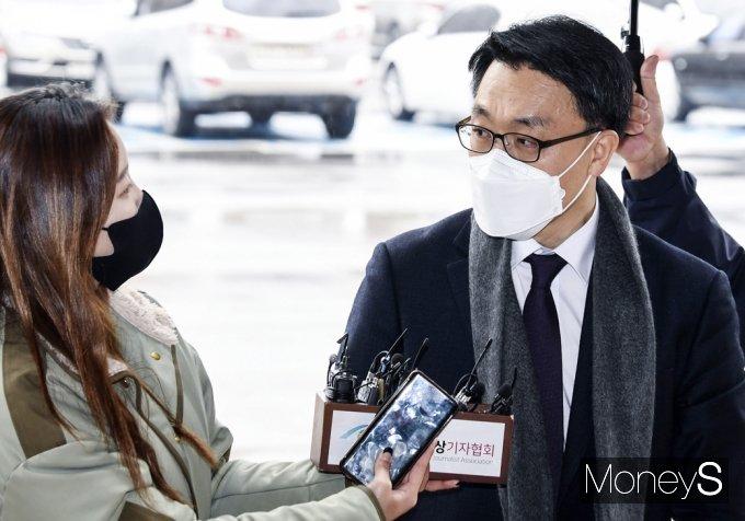 [머니S포토] 취재진 질문받는 김진욱 초대 공수처장