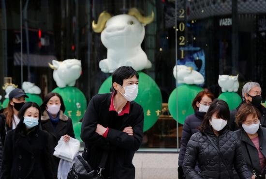 일본에서 코로나19 누적 확진자수가 34만명을 넘어섰다. 사진은 지난 6일 일본 도쿄의 한 상가에서 마스크를 쓴 시민들이 걸어가는 모습. /사진=로이터