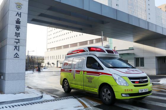 지난해 12월부터 코로나19 집단감염이 발생한 서울 송파구 동부구치소에서 지난 18일 구급차가 출발하고 있다. /사진=뉴스1
