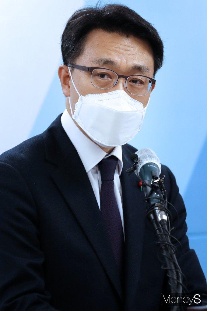 김진욱 공수처장이 21일 경기 과천시 정부과천청사에 마련된 사무실에서 취임사를 전하고 있다. /사진=임한별 기자