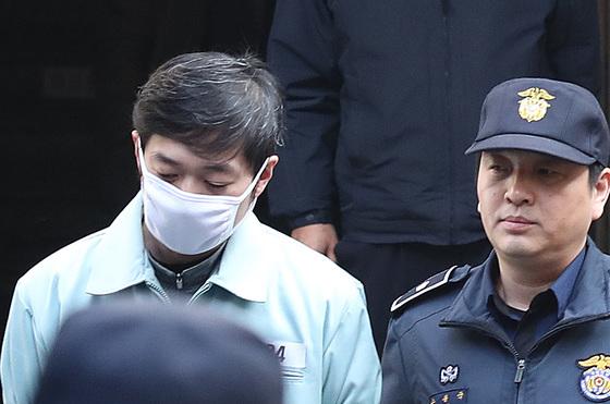 조재범 전 쇼트트랙 국가대표 코치(왼쪽)가 성폭행 등 혐의로 징역 10년6개월을 선고받았다. /사진=뉴스1