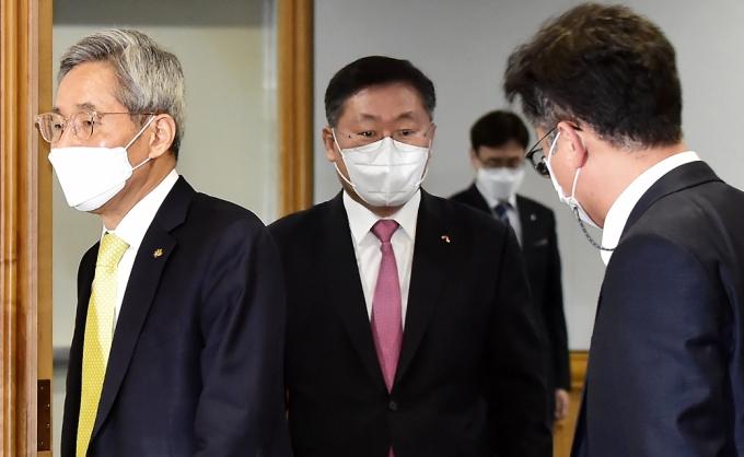 [머니S포토] 윤종규-나재철 회장, 'K뉴딜 금융권 참여방안 간담회' 참석