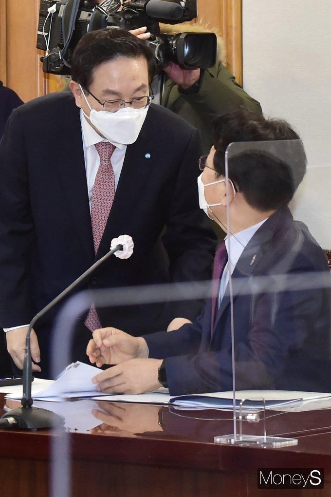 [머니S포토] K뉴딜 참여방안 간담회, 손태승·김광수 회장의 대화