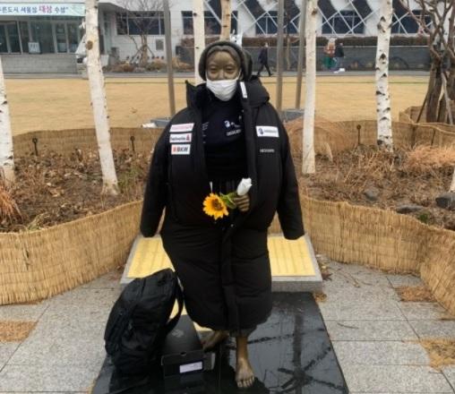 22일 오전 10시쯤 서울 강동구청 앞 평화의소녀상에 일본 기업 데상트의 제품이 감싸져 있다. /사진=머니투데이