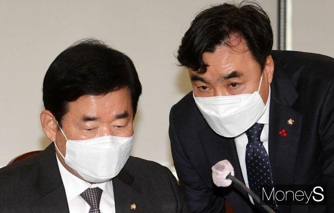 [머니S포토] K뉴딜 금융권 간담회, 의견 나누는 김진표와 윤관석