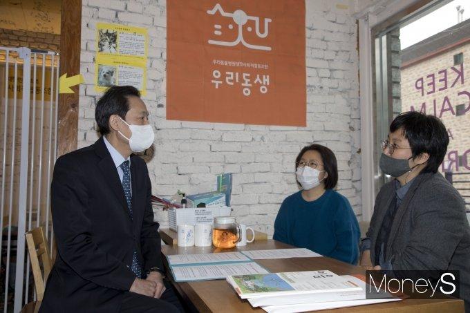 [머니S포토] 우리동생동물병원 방문한 우상호 의원