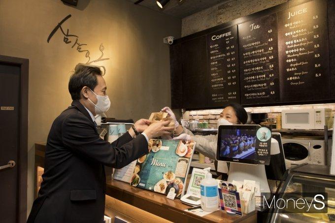 [머니S포토] 점심 포장하는 우상호 의원