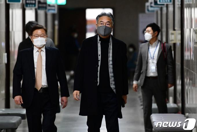 정진석 국민의힘 공천관리위원장(오른쪽)이 지난 5일 오후 국회에서 열린 4.7 재보궐선거 공천관리위원회 2차 회의에 참석하고 있다. /사진=뉴스1
