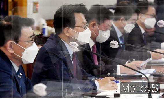 김광수 은행연합회장이 22일 오전 서울 중구 명동 은행회관에서 열린 'K뉴딜 지원 방안' 주제 회의에서 발언하고 있다./사진=임한별 기자