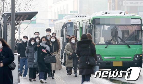 시내버스에서 하차하던 승객의 겉옷이 버스 뒷문에 끼어 해당 승객이 숨지는 사고가 발생했다. 사진은 기사 내용과 관련 없음. /사진=뉴스1