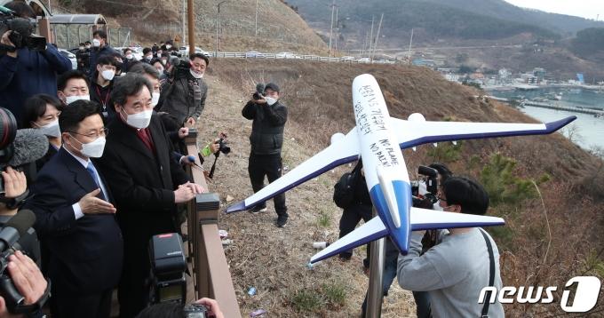 이낙연(왼쪽 앞줄 두번째) 더불어민주당 대표가 지난 21일 부산 강서구 가덕도 대항전망대를 찾아 가덕도 신공항 현장 시찰에 나섰다. /사진=뉴스1