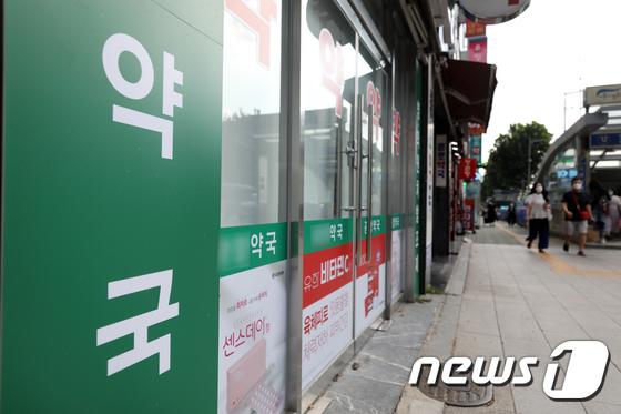 부동산과 약국에서 소액단기보험을 판매할 수 있는 방안이 논의된다. 사진은 서울에 있는 한 약국./사진=뉴스1