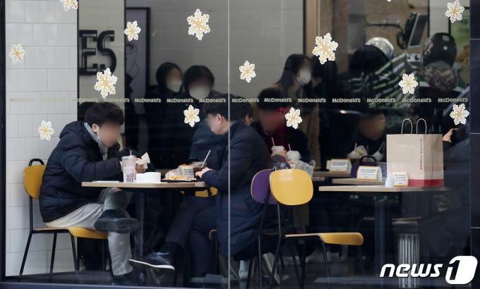 정부가 사회적 거리두기 방침으로 5인 이상 집합금지 행정조치를 내린 가운데 이를 위반하는 사례가 곳곳에서 적발되고 있다. 사진은 지난 4일 오후 서울 중구 한 패스트푸드점을 이용하는 시민들. /사진=뉴스1