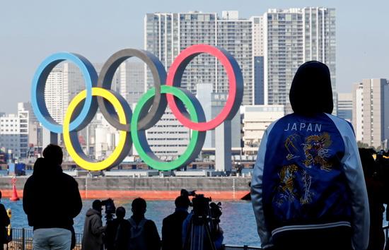도쿄올림픽 취소설이 전해진 가운데 일본 정부가 정면 반박하고 나섰다. 사진은 지난해 12월1일 일본 도쿄 오다이바 해상공원에서 시민들이 올림픽 조형물을 구경하는 모습. /사진=로이터