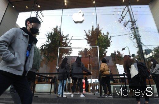 애플 신제품 아이폰12 시리즈가 한국에 정식 출시된 지난해 10월 30일 서울 강남구 애플스토어 가로수길에 고객들이 줄을 서고 있다./사진=장동규 기자