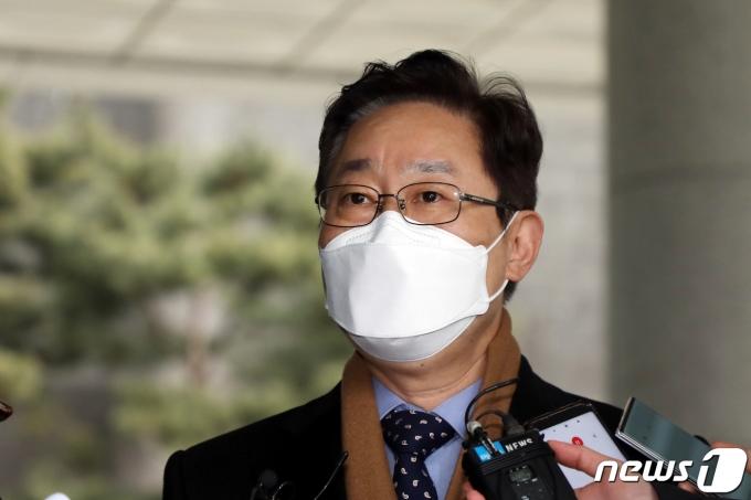 박범계 법무부 장관 후보자가 지난 21일 서울고등검찰청사에 마련된 인사청문회 준비 사무실로 출근하던 중 취재진 질문에 답하고 있다. /사진=뉴스1