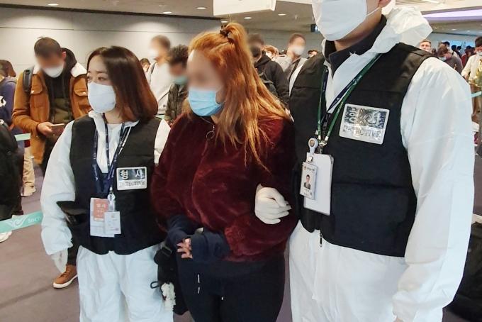 '강원랜드 카지노 현금 절취 사건' 피의자인 30대 페루 여성(가운데)이 국내로 송환된고 있다.(경찰청 제공)© 뉴스1