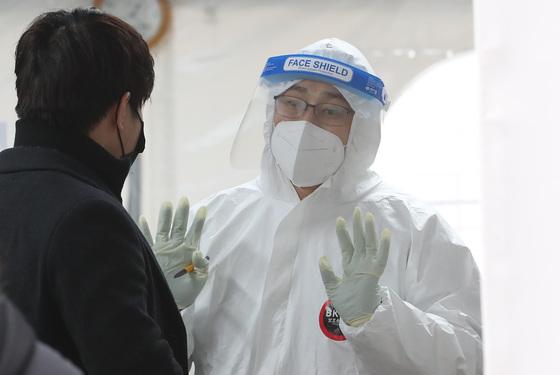 22일 서울 강남구보건소 선별진료소에서 의료진이 시민들의 질문에 답하고 있다. /사진=뉴스1