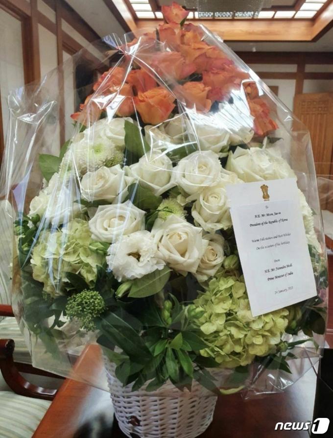 나렌드라 모디 인도 총리가 문재인 대통령의 생일을 축하하며 꽃다발을 선물했다. (문재인 대통령 SNS 갈무리). © 뉴스1