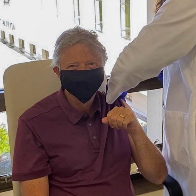 코로나19 백신 접종을 받는 빌 게이츠. (출처=트위터) © 뉴스1