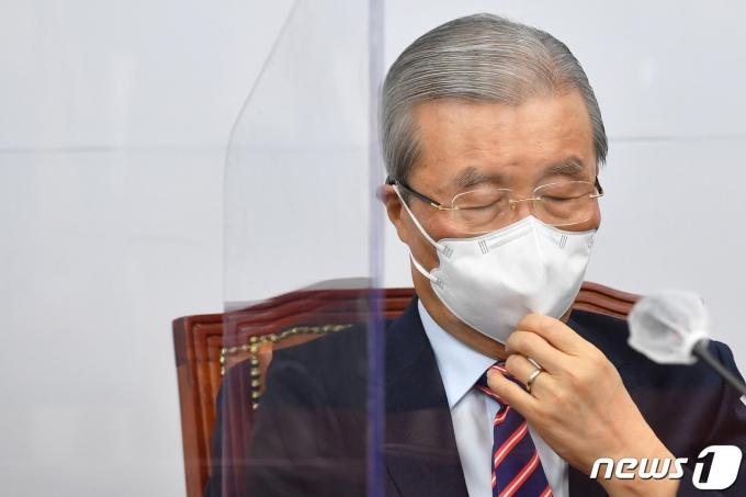 김종인 국민의힘 비상대책위원장이 서울 여의도 국회에서 열린 비상대책위원회의에서 잠시 마스크를 만지며 생각에 잠겨 있다./뉴스1 © News1 박세연 기자