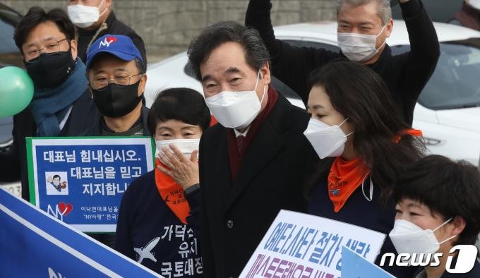 이낙연 더불어민주당 대표가 21일 오후 부산 강서구 가덕도 대항전망대에서 지지자들과 기념촬영을 하고 있다. 2021.1.21/뉴스1 © News1 여주연 기자