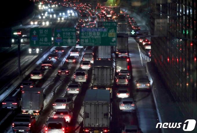 지난 6일 경기 시흥시 수도권 제1순환고속도로에 눈이 쌓여 퇴근길 차량들이 거북이 주행을 하고 있다. 2021.1.6/뉴스1 © News1 정진욱 기자