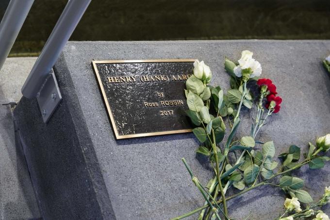 22일 전설의 홈런왕 행크 애런이 세상을 떠난 가운데 애런이 생전에 뛴 애틀란타 브레이브스 홈구장에 마련된 기념비에 그를 기리는 꽃이 놓여있다. /사진=로이터