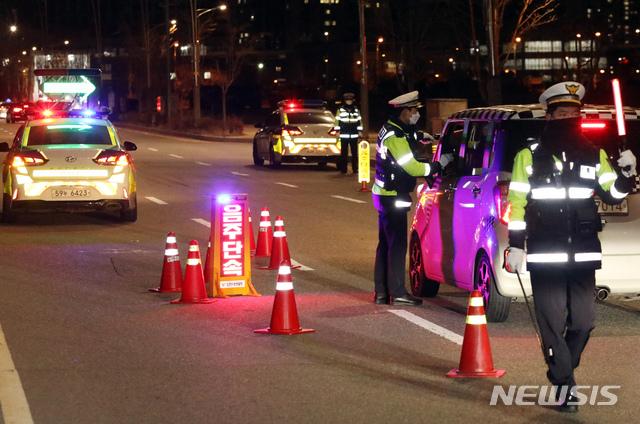 부산에서 만취 상태로 차량을 운전하다가 추돌사고를 낸 운전자가 경찰에 붙잡혔다./사진=뉴시스