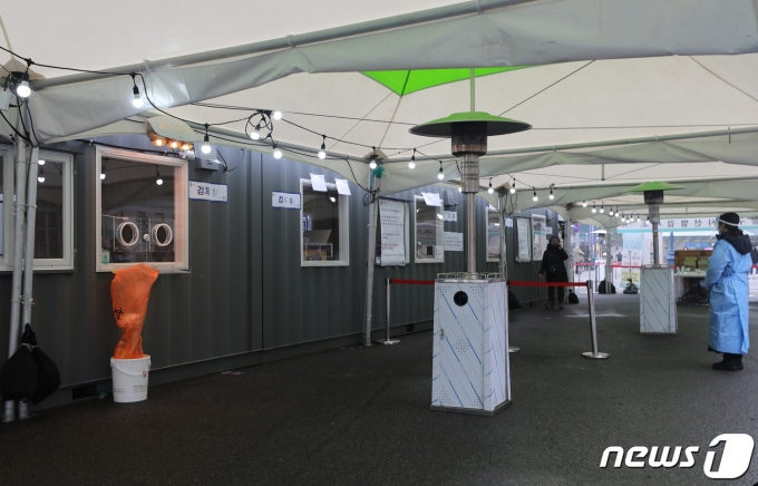 22일 오전 서울역 광장에 마련된 중구 임시선별진료소가 한산한 모습을 보이고 있다. 2021.1.22/뉴스1 © News1 이동해 기자