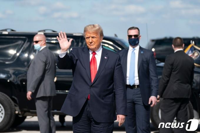 도널드 트럼프 미국 대통령이 20일(현지시간) 플로리다주 웨스트 팜비치에 있는 팜비치 국제공항에 도착해 지지자들에게 손을 흔들고 있다. © AFP=뉴스1 © News1 우동명 기자