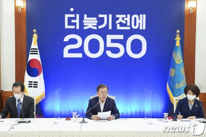 문재인 대통령이 청와대 본관에서 열린 2050 탄소중립 범부처 전략회의에서 모두발언을 하고 있다./뉴스1 © News1 박정호 기자