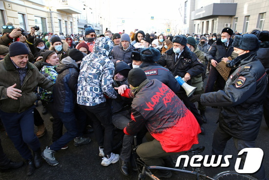 23일(현지시간) 알렉세이 나발니를 지지하는 러시아 시민들이 시위를 벌이며 경찰과 충돌하고 있다. © 로이터=뉴스1