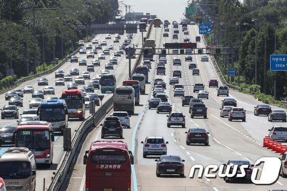 경부고속도로를 달리고 있는 자동차들의 모습.(뉴스1 자료사진)© News1 성동훈 기자