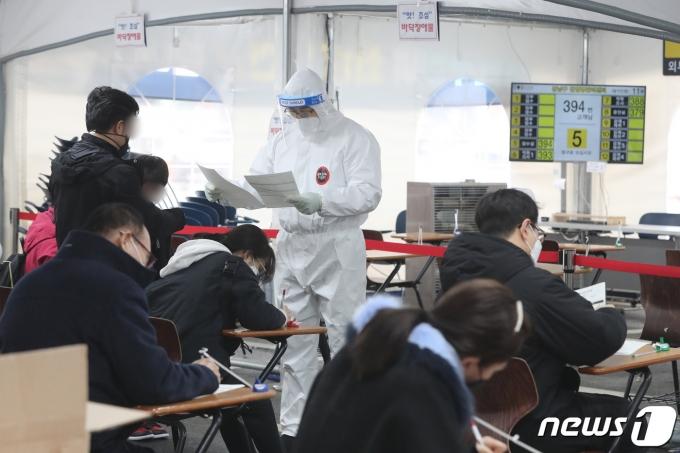 지난 22일 서울 강남구보건소 선별진료소에서 의료진이 업무를 보는 모습 /사진=뉴스1