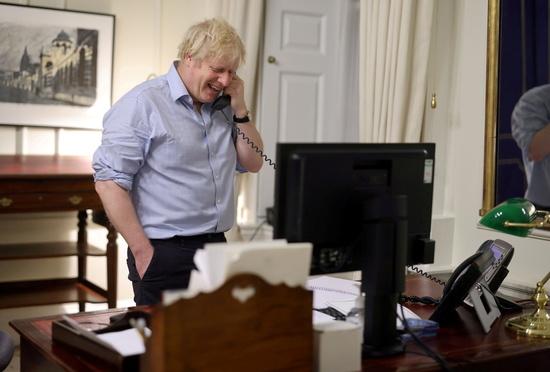 보리스 존슨 영국 총리가 조 바이든 미국 대통령의 전화를 받는 모습 /사진=로이터