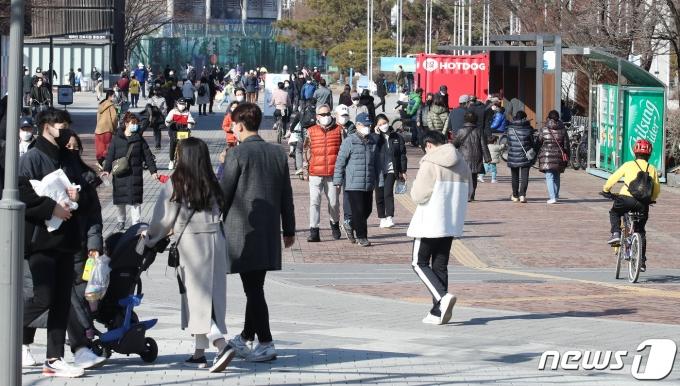 전국 대부분 지역의 기온이 영상권에 머문 24일 오후 서울 송파구 올림픽공원 세계평화의 문 광장에서 시민들이 산책을 즐기고 있다. /사진=뉴스1
