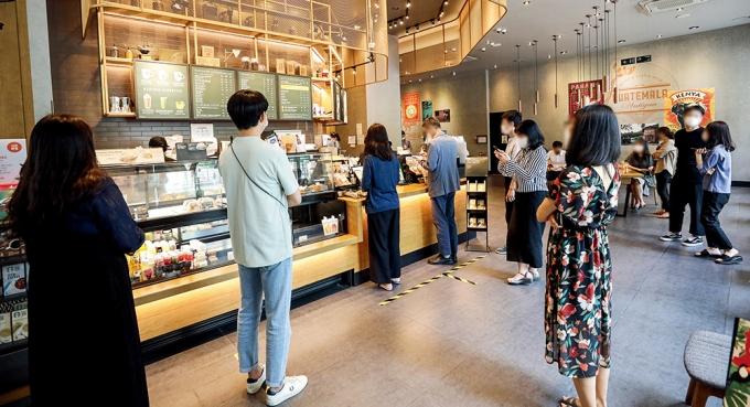 오후 6시 기준 서울 신규 확진자 수는 지난 18일 92명, 19일 125명, 20일 108명, 21일 99명, 22일 106명, 23일 117명, 24일 88명 등으로 나타났다. 사진은 사회적 거리두기가 시행 중인 서울 시내 한 카페. /사진=머니투데이