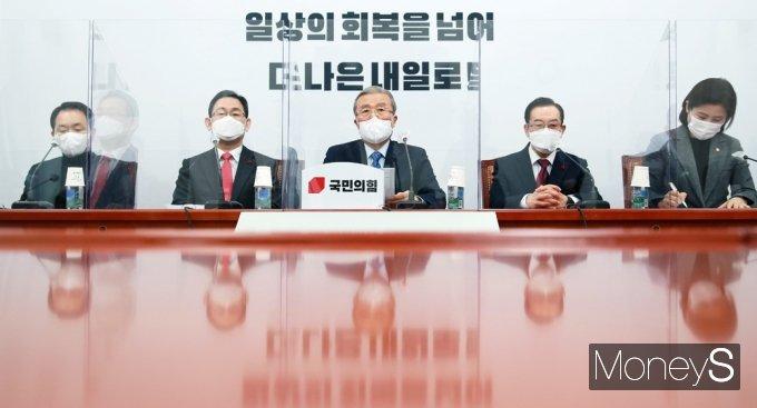 [머니S포토] 국민의힘 비대위 회의 주재하는 '김종인'