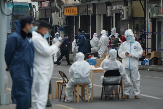 중국 국가위생건강위원회는 지난 24일 하루 동안 신종 코로나바이러스 감염증(코로나19) 신규 확진자가 124명 나왔다고 밝혔다. 지난 21일 중국 상하이의 한 병원 인근에서 신규 확진자가 발견돼 방역당국 관계자들이 확진자의 격리시설 이송을 돕고 있다. /사진=로이터