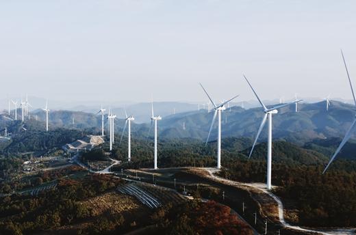"""한화건설 최광호 대표이사는 """"친환경 에너지 사업의 경쟁력 강화를 통해 지속 가능한 발전을 추구해 나갈 것""""이라며 """"고객과 협력사, 지역사회와 함께 발전하고 상생할 수 있도록 '함께 멀리'의 정신으로 사회적 책임을 다하겠다""""고 말했다. 사진은 한화건설의 영양 풍력 발전단지. /사진제공=한화건설"""