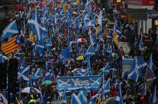 스코틀랜드 자치정부가 오는 5월 의회 선거에서 스코틀랜드국민당(SNP)이 과반 이상 득표할 경우 스코틀랜드의 분리독립을 위한 국민투표를 추진하겠다고 밝혔다. 사진은 지난 2020년 1월11일 스코틀랜드 독립을 지지하는 시위대가 영국 글래스고를 향해 행진하는 모습. /사진=로이터
