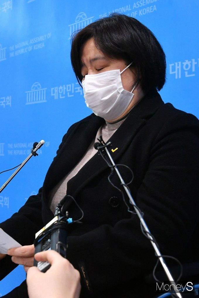 [머니S포토] 김종철 성추행, 두눈 질끈 울먹이는 정의당 배복주