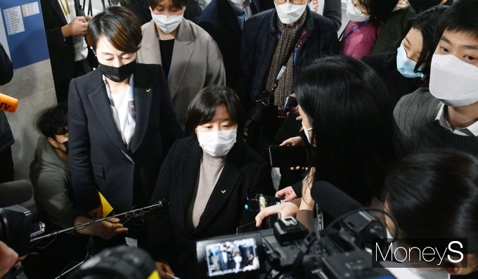 [머니S포토] 정의당 '김종철 성추행' 관련 질의받는 배복주