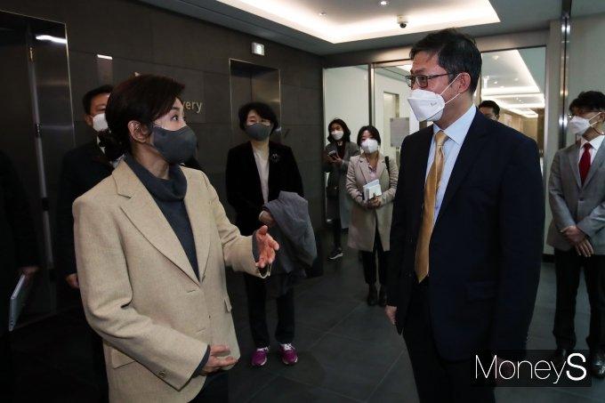 [머니S포토] 코로나19 백신 개발 현장 방문한 나경원 전 의원