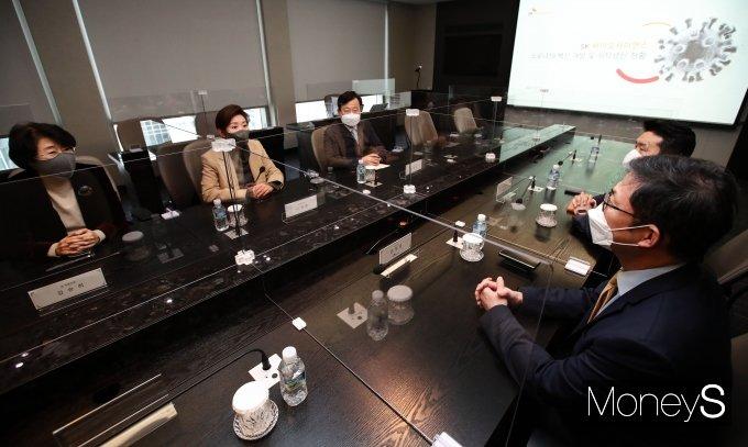 [머니S포토] 안재용 대표와 대화하는 나경원 전 의원