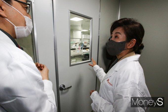 [머니S포토] 나경원, 코로나19 백신 연구소 방문