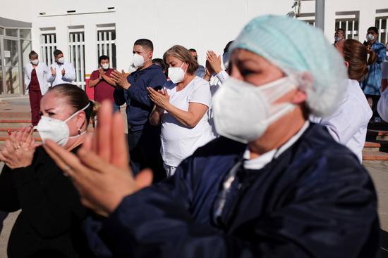 지난 24일(현지시각) 멕시코 대통령이 트위터를 통해 신종 코로나바이러스 감염증(코로나19) 확진 사실을 알렸다. 사진은 지난 17일 멕시코 시우다드 후아레즈의 한 병원에서 코로나19로 사망한 간호사의 추모식에 참석한 의료진의 모습. /사진=로이터