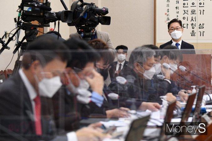 """박범계 법무부 장관 후보자가 이용구 법무부 차관 폭행 사건의 봐주기 수사 논란에 대해 """"엄중한 수사를 해야 한다""""고 밝혔다. /사진=임한별 기자"""