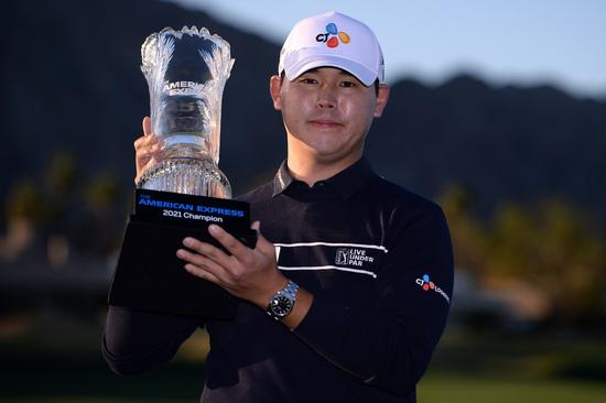 프로골퍼 김시우가 25일(한국시간) 미국 캘리포니아주 라킨타의 PGA 웨스트 라킨타 컨트리클럽 스타디움 코스(파72·7113야드)에서 막을 내린 아메리칸 익스프레스(총상금 670만달러)에서 최종합계 23언더파 265타로 우승을 차지한 뒤 트로피를 들어보이고 있다. /사진=로이터